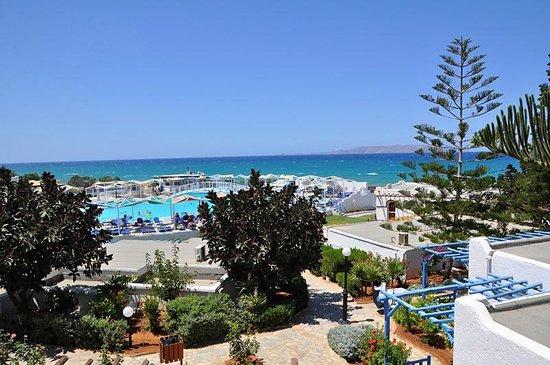 Mitsis Rinela Beach Resort & Spa : Вид из бара на главный бассейн и море