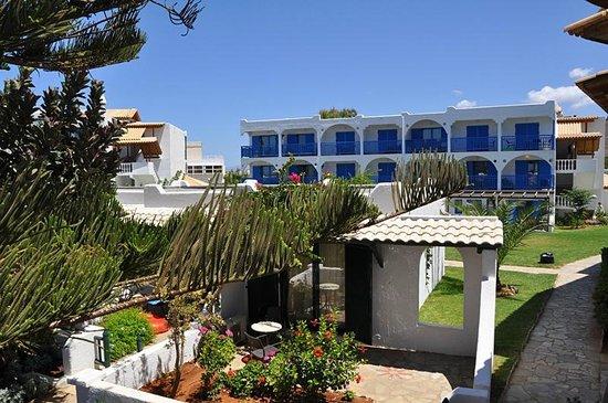 Mitsis Rinela Beach Resort & Spa: Территория отеля