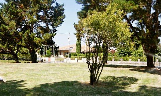 Hotel Le Capricorne : Parc avec balançoire