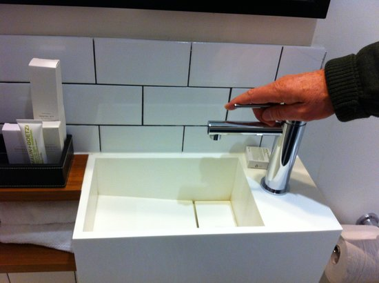 Ovolo Laneways: Ridiculously small bathroom sink :(