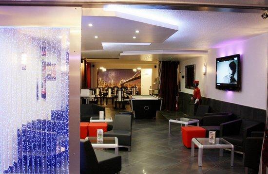 Hotel Le Capricorne : Salon avec grande TV et billard