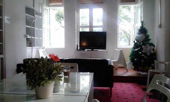 Plush Pods Hostel: living room