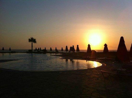 Neptune Hotels - Resort, Convention Centre & Spa: Coucher de soleil sur la piscine