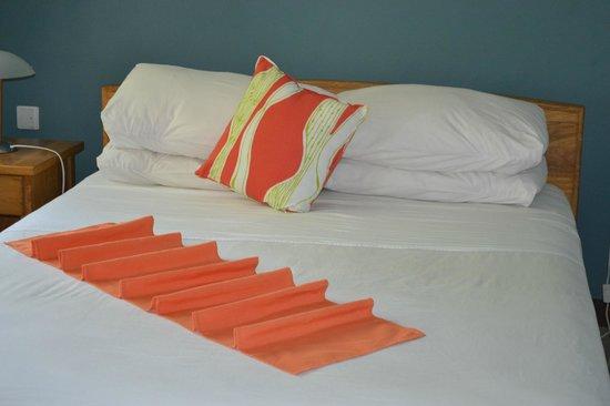 Les Pieds dans L'Eau Holiday Apartments: Спальня после уборки))