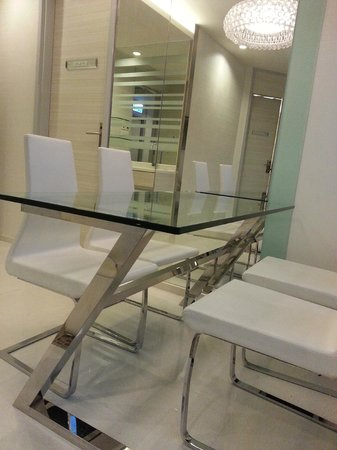 iclub Wan Chai Hotel: Dining table in common area