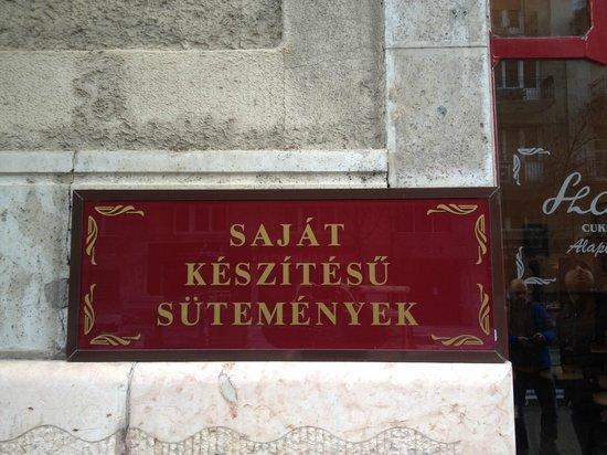 Szalai Cukraszda : Targa sulla facciata