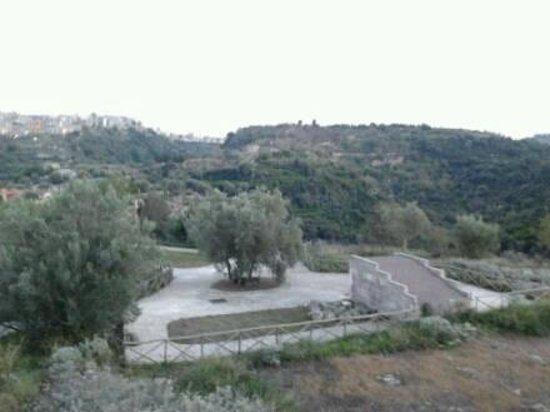 Archaeological Park Castellaccio: Vista dell'ingresso della sala Ipogeica e della Valle S. Mauro