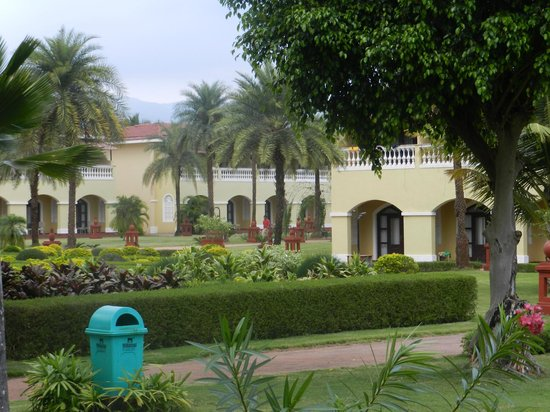 The LaLiT Golf & Spa Resort Goa: View of the hotel form the lawn