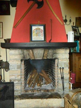 Posada Fuente de las Anjanas: Salón con chimenea