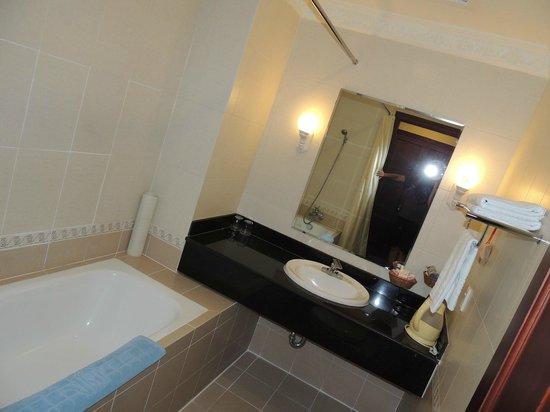 Huong Sen Hotel: Bathroom of Premium Room
