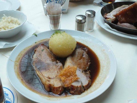 Astor Hotel: Обед в пивном ресторане возле отеля