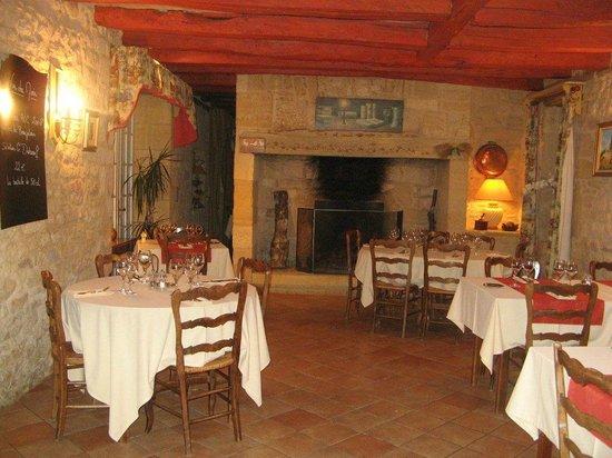 Les Pres Gaillardou: La salle avec cheminée