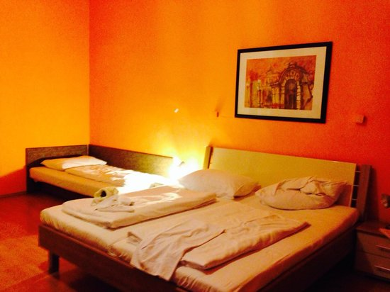 Pension Madara 2 - Hotel in Hernals : Room for 4 people, nice pillows and painting on the wall :))
