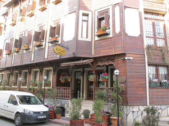 Artefes Hotel Istanbul: Artefes Hotel in narrow cobbled street of old city