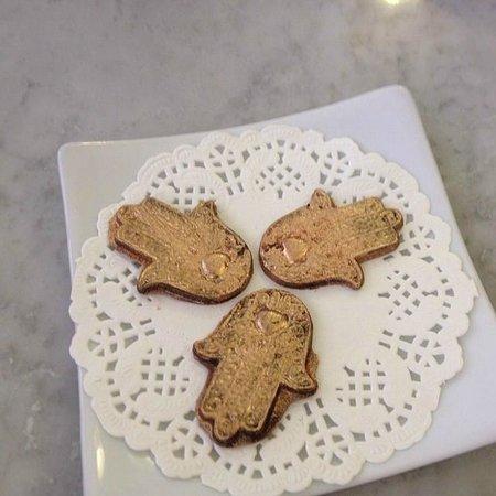 Patisserie Amandine Marrakech : golden chocolate fatima hands