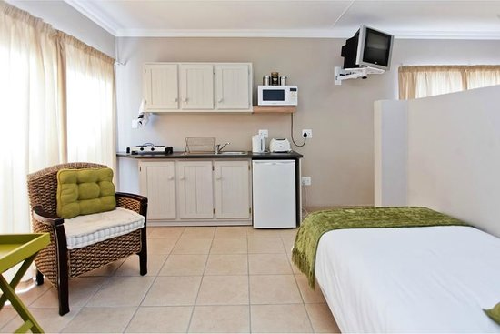 Oudtshoorn Overnight: Bachelor unit with single and double bed
