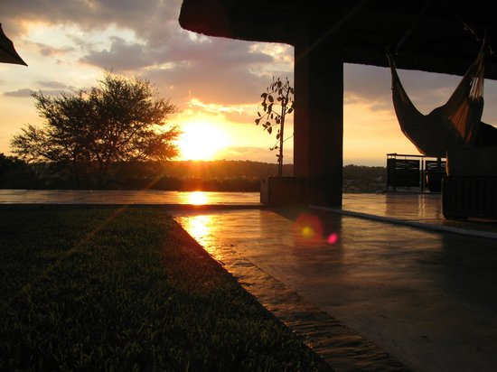 Aloe Lane Guest Lodge: Beautiful sunsets from pool deck