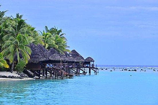 Aitutaki Lagoon Resort & Spa : Overwater bungalows at twilight
