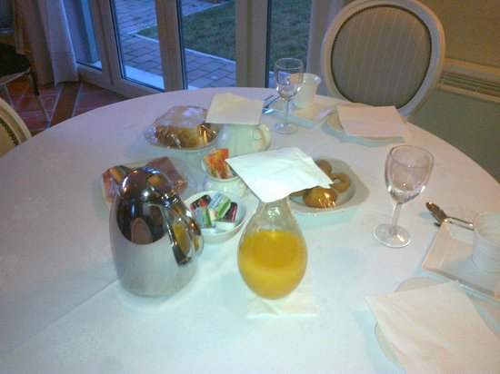 Santa Coloma del Camino: The cold and poor breakfast. Nobody to attend. For 3 days nobody (no staff) int the entire hotel