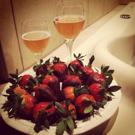 Grand Superior Lodge : Romantic dessert in room's jacuzzi.