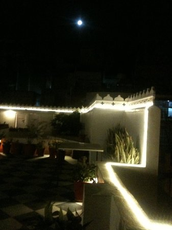 Jagat Niwas Palace Hotel: Terrace in the night