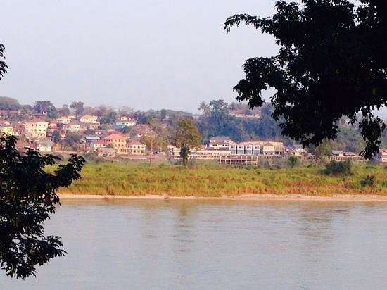 Ibis Styles Chiang Khong Riverfront: view of Laos from our balcony!