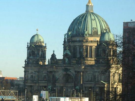Arcotel John F : Berliner Dom visto, com zoom, de nosso quarto