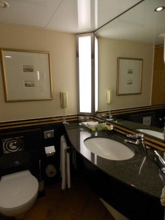 InterContinental Frankfurt: Clean Bathroom