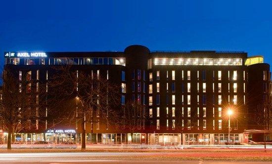 Axel Hotel Berlin : Aussenansicht im Dunkeln