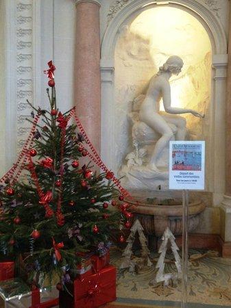 Palais Lumiere: X-mas decor in the foyer