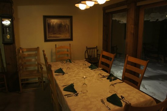 Sassy Moose Inn: Dining table