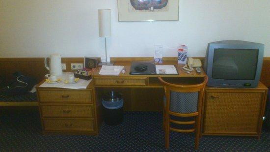 Austria Trend Hotel Donauzentrum Wien: Desk in room