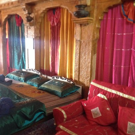 Desert Haveli Guest House: our charming room))