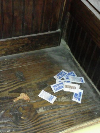Uno Chicago Bar & Grill: DISGUSTING, THEY NEED TO CLEAN UP