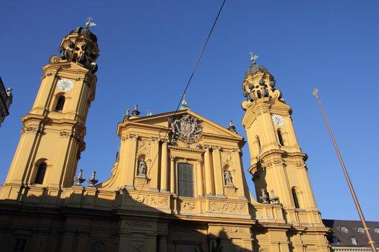 Odeonsplatz: церковь Театинеркирхе на площади