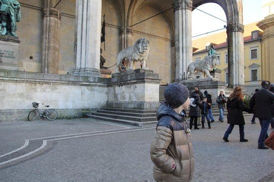 Odeonsplatz: львы