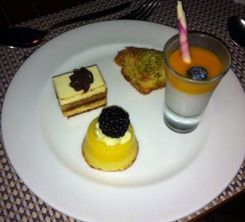 Shangri La Barr Al Jissah Resort & Spa-Al Bandar: More delicious desserts in main buffet restaurant Al-bandar