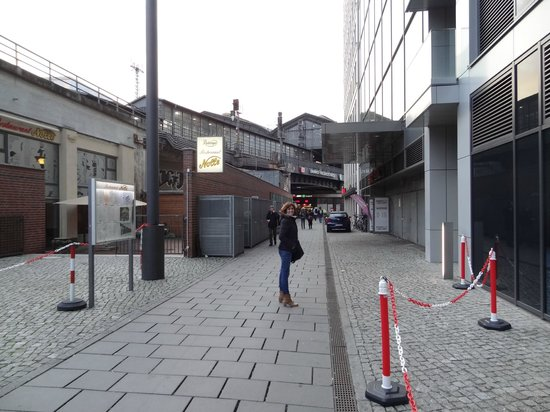 Eurostars Berlin Hotel: Desde la puerta del Hotel a la calle Friedistrasse (50metros)