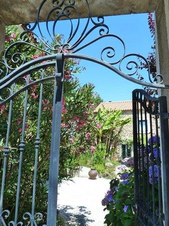 Casa do Alferes Curado: gate to courtyard