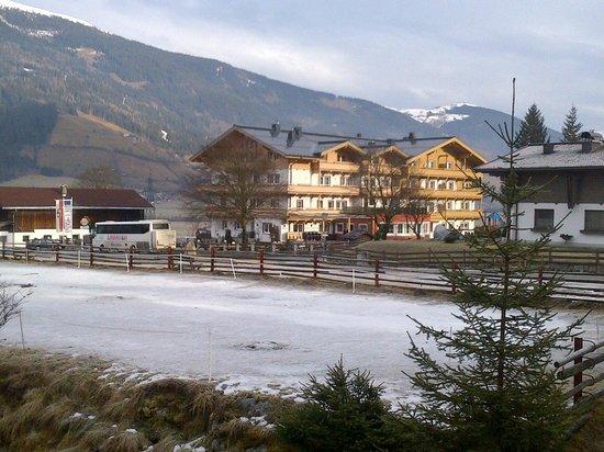 Grundlhof: Вид на отель со стороны национального парка Высокий Тауэрн