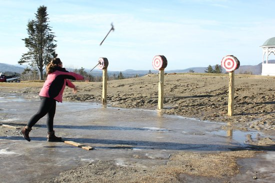 Mountain View Grand Resort & Spa : Try axe throwing!