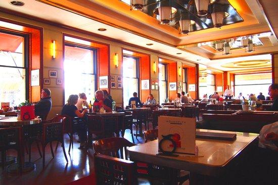 Kavarna Slavia Cafe: 店内