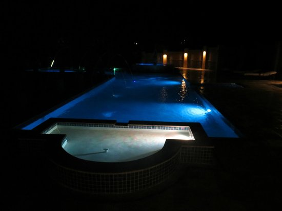 Sleeping Giant Lodge: Go for a night swim--there are pretty colored lights
