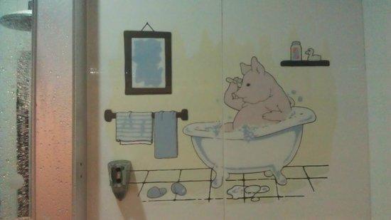 USA Hostel Hong Kong: вот такой рисунок в ванных