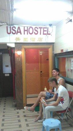 USA Hostel Hong Kong: Находится в  закрытого типа  общежитии с кучей темнокожих