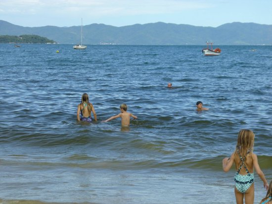 La Alhambra Apart Hotel: El mar cálido y muy tranquilo para los chicos, están todo el día en el agua