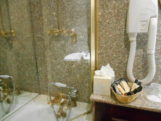 The Gallery Hotel: banheiro