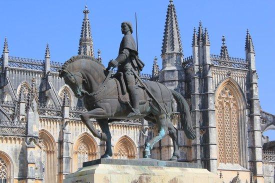 Santa Maria Church: Памятник Афонсо Энрикешу