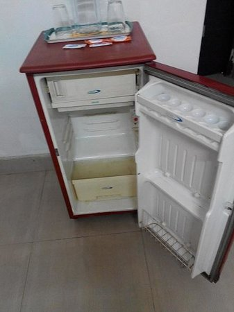 Hotel Heritage : Dirty and empty refrigerator