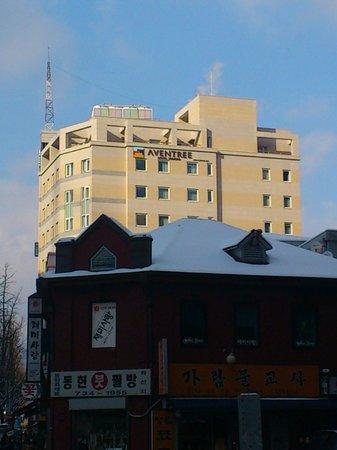 Aventree Hotel Jongno: 鐘閣駅出口からホテルが見えます